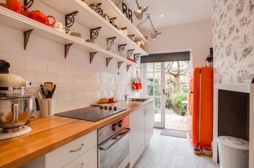 маленькая кухня мебель вдоль стен