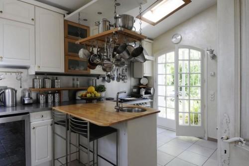 белая кухня в стиле индастриал
