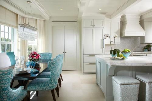 белая кухня в тропическом стиле