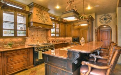 богатый интерьер кухни в тосканском стиле