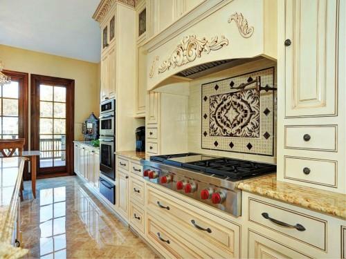 кухня в тосканском стиле в светлых тонах