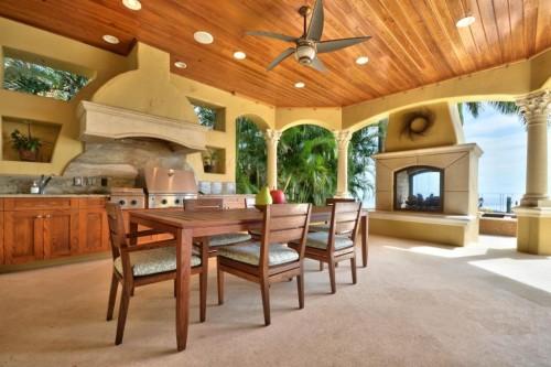 кухня в тропическом стиле с видом на море