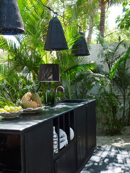 открытая кухня в тропическом стиле с растениями