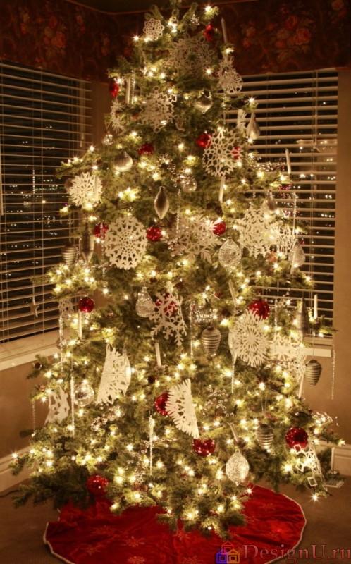 красивая елка со снежинками и гирляндами