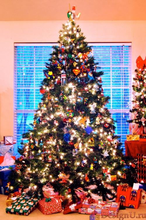 украшение новогодней елки игрушками и гирляндами
