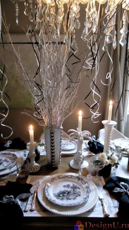 три свечи на новогоднем столе